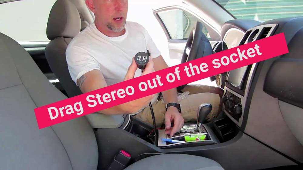 Drag-Stereo-out-of-the-socket